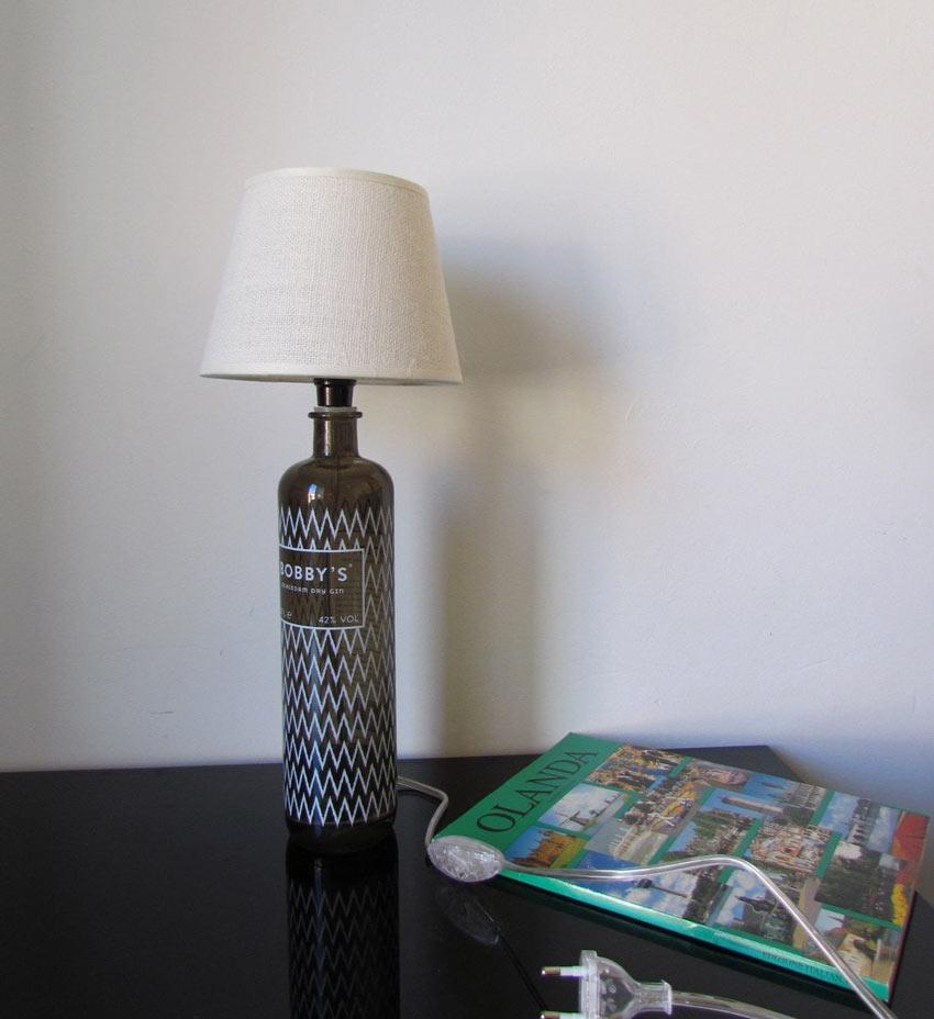 Bouteille en verre transformée en une belle lampe design.