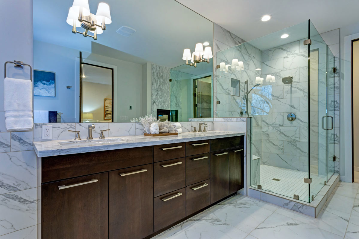 installer des miroirs avec style dans la salle de bain