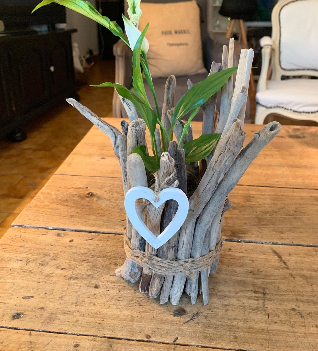 pot en bois flotté décoré d'un cœur blanc