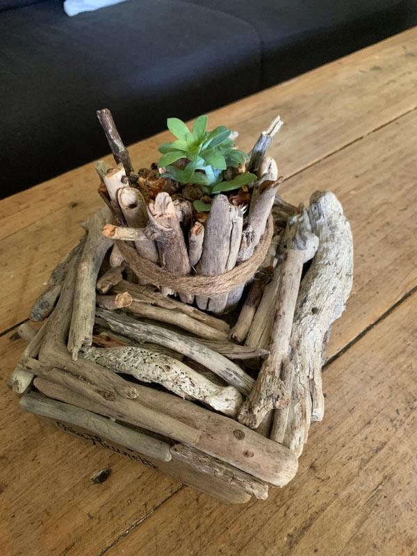 Jardinière avec bois flotté