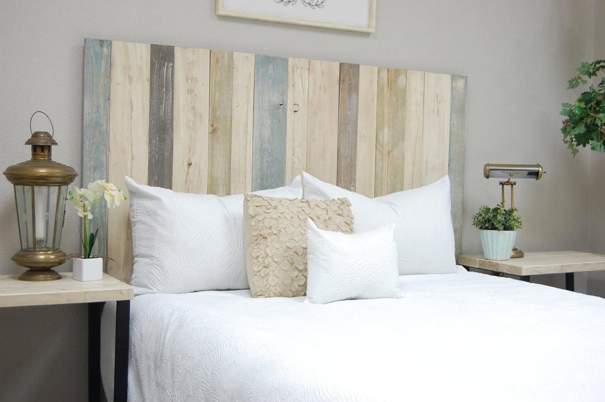 Tête de lit originale en palettes de bois.