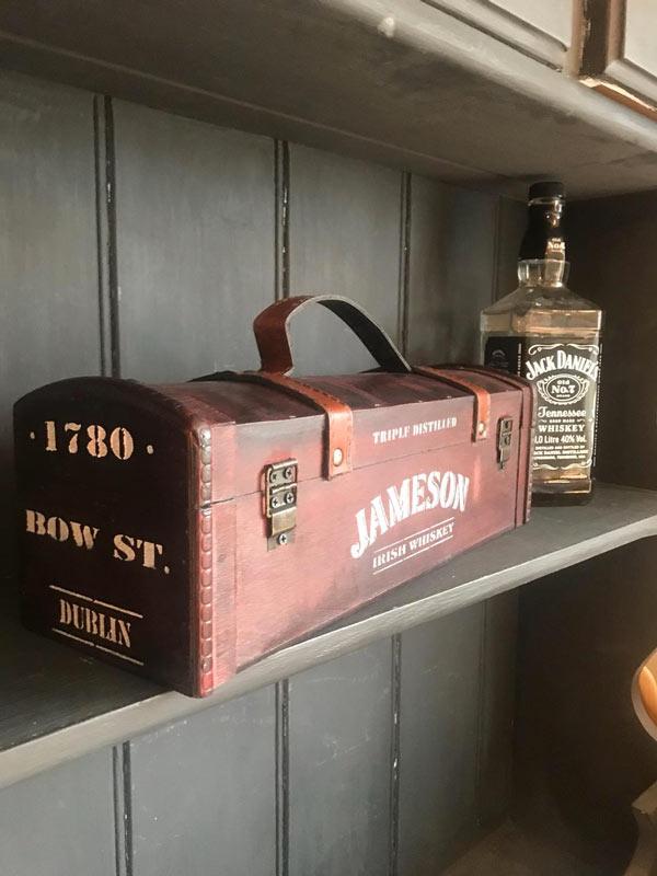 ancienne boite de whisky se transforme en un objet vintage
