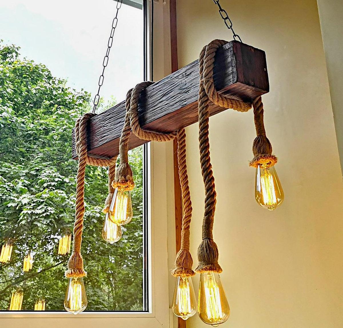 Lampadaire DIY avec poutre en bois e corde, parfait pour une décoration vintage.