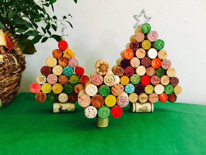 Petits sapins de Noël réalisés avec des bouchons en liège.