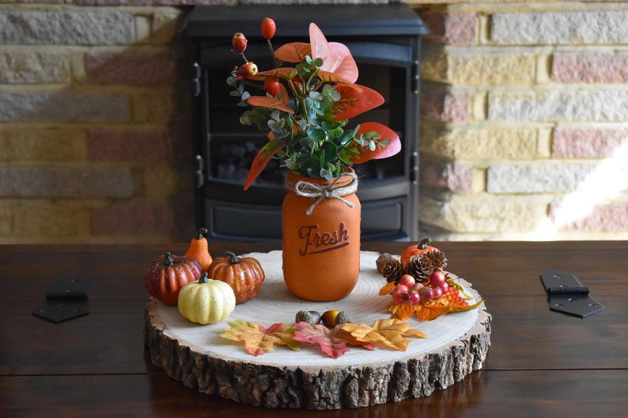 décorations d'automne avec tronc et bocal en verre