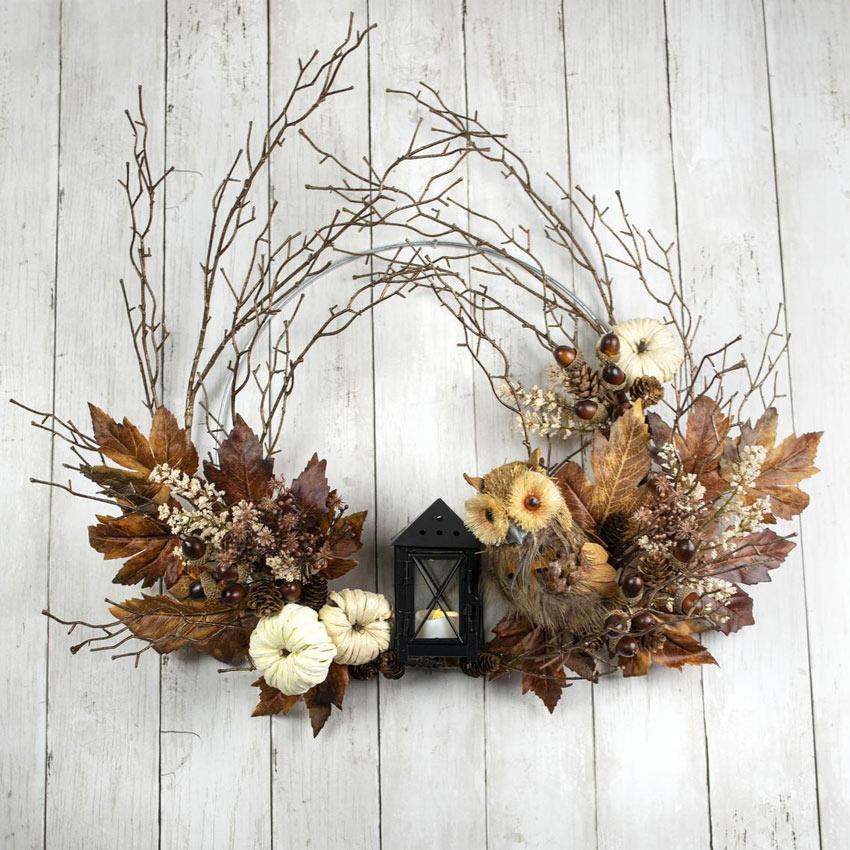Couronne rustique avec brindilles et feuilles d'automne.