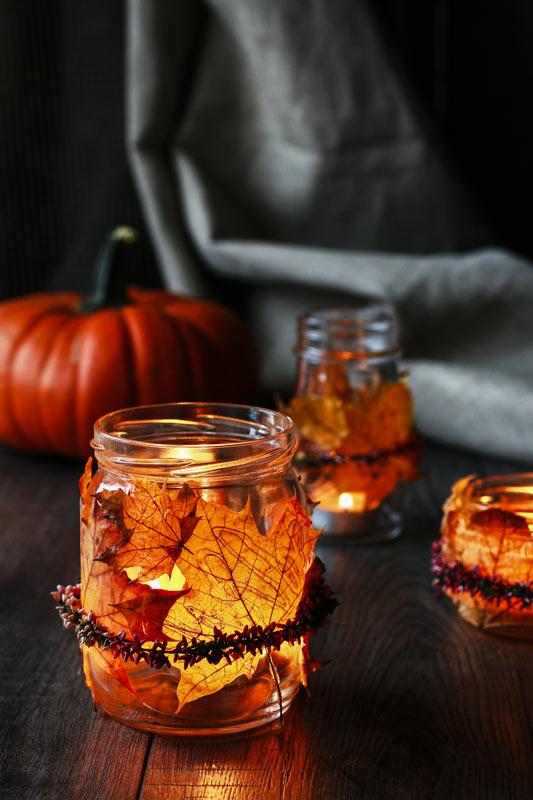 Bocaux en verre recycler avec feuilles d'automne.