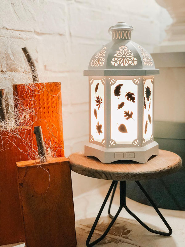 Petite table avec superbe lanterne blanche, idéal pour décorer en automne.
