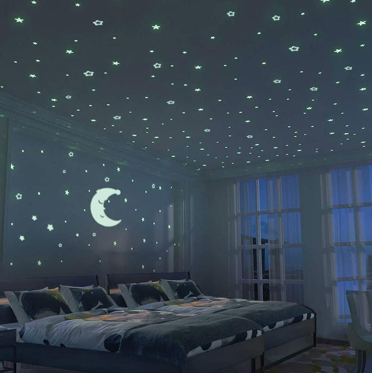 chambre des enfants décorée stickers muraux ciel étoilé