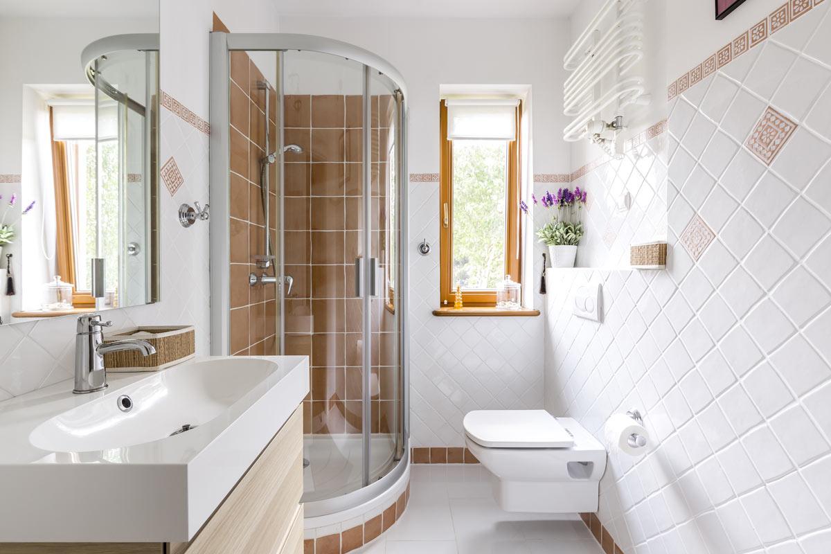 Comment aménager une salle de bain longue et étroite