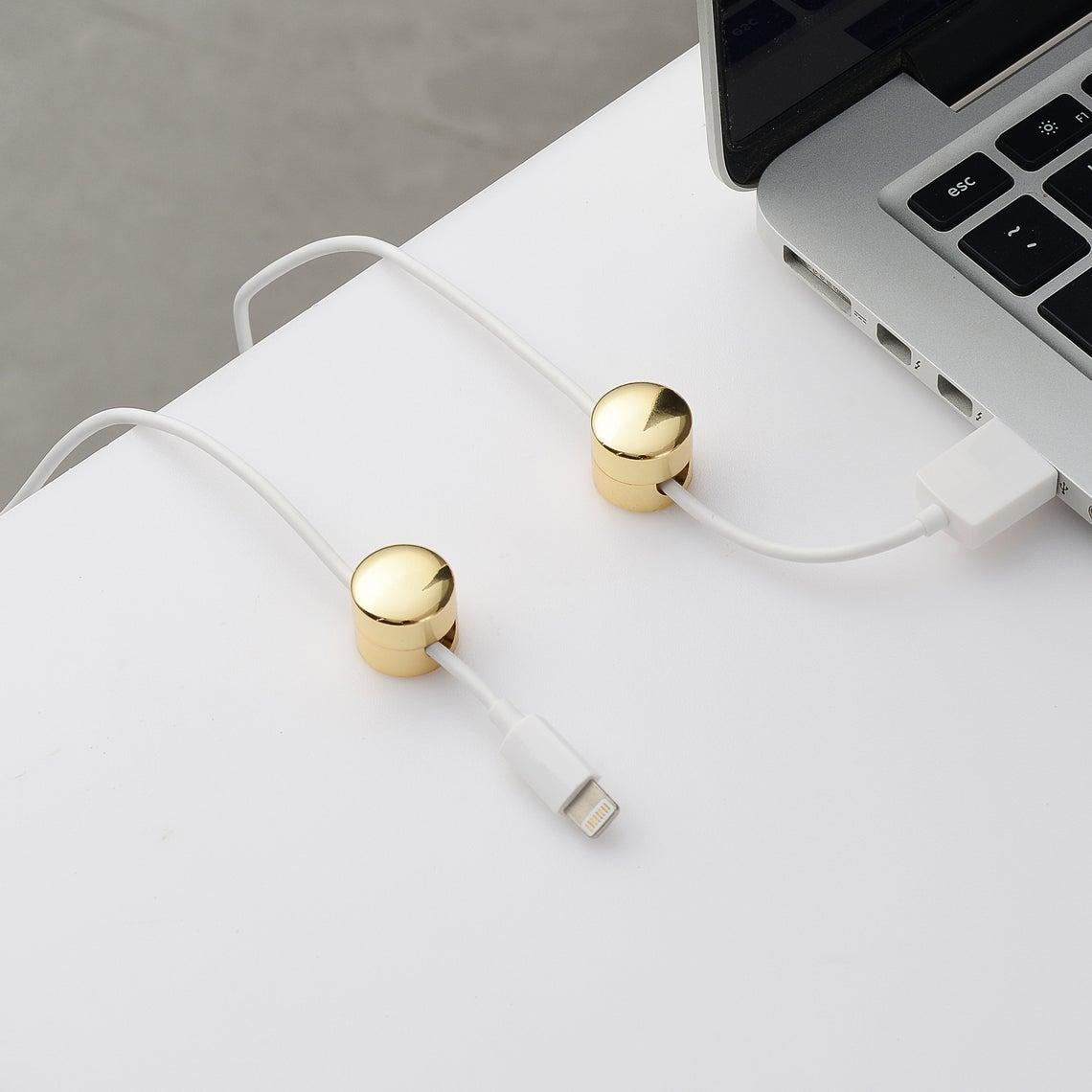 accessoires pour organiser les câbles sur le bureau