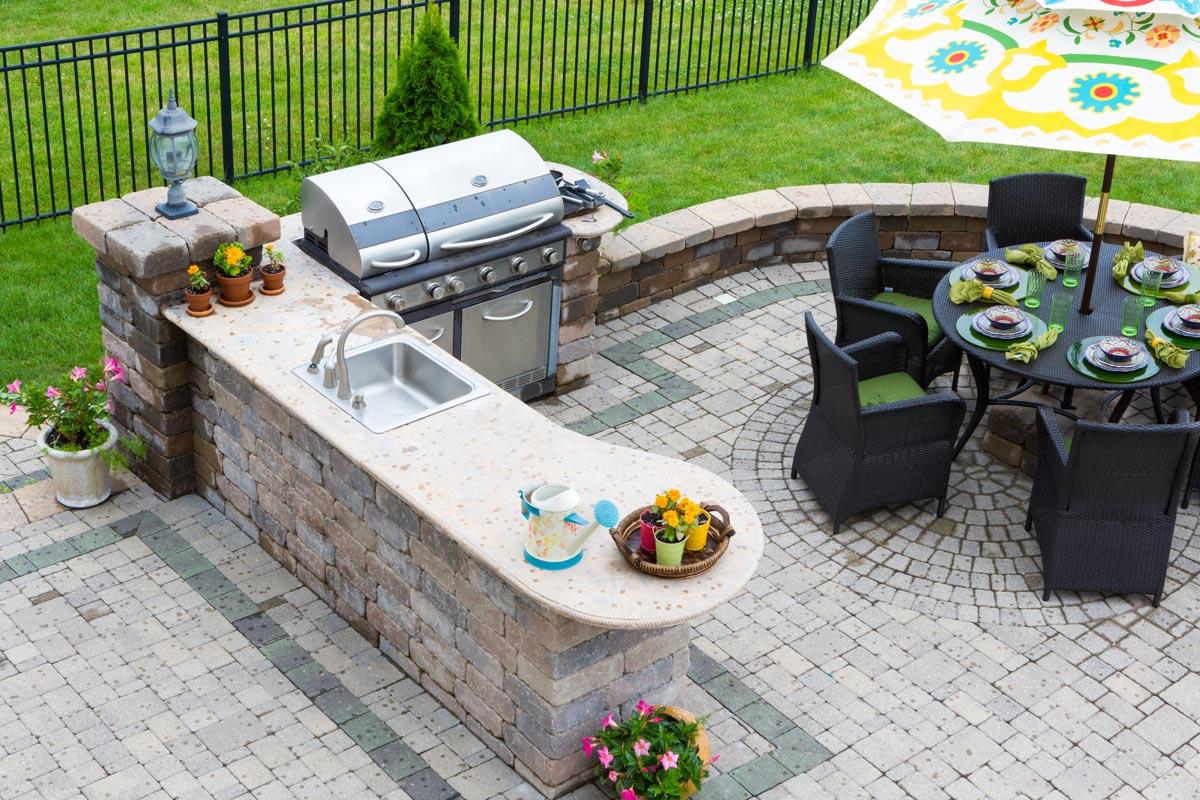 Espace barbecue dans le jardin.