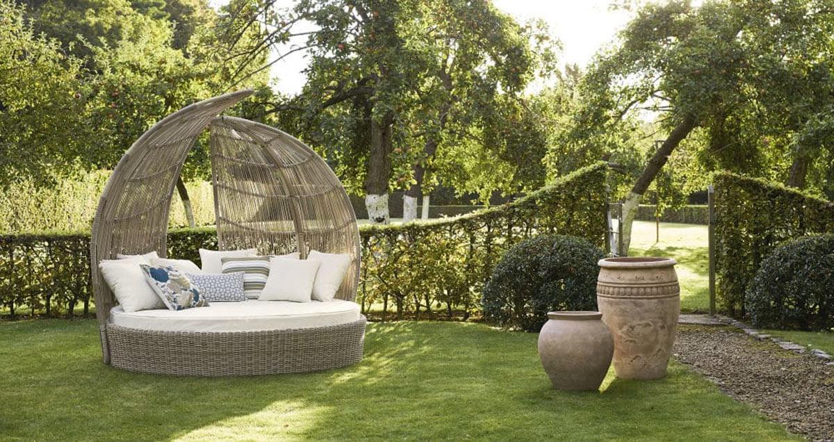 Îlots de soleil, transats, coin détente dans le jardin.