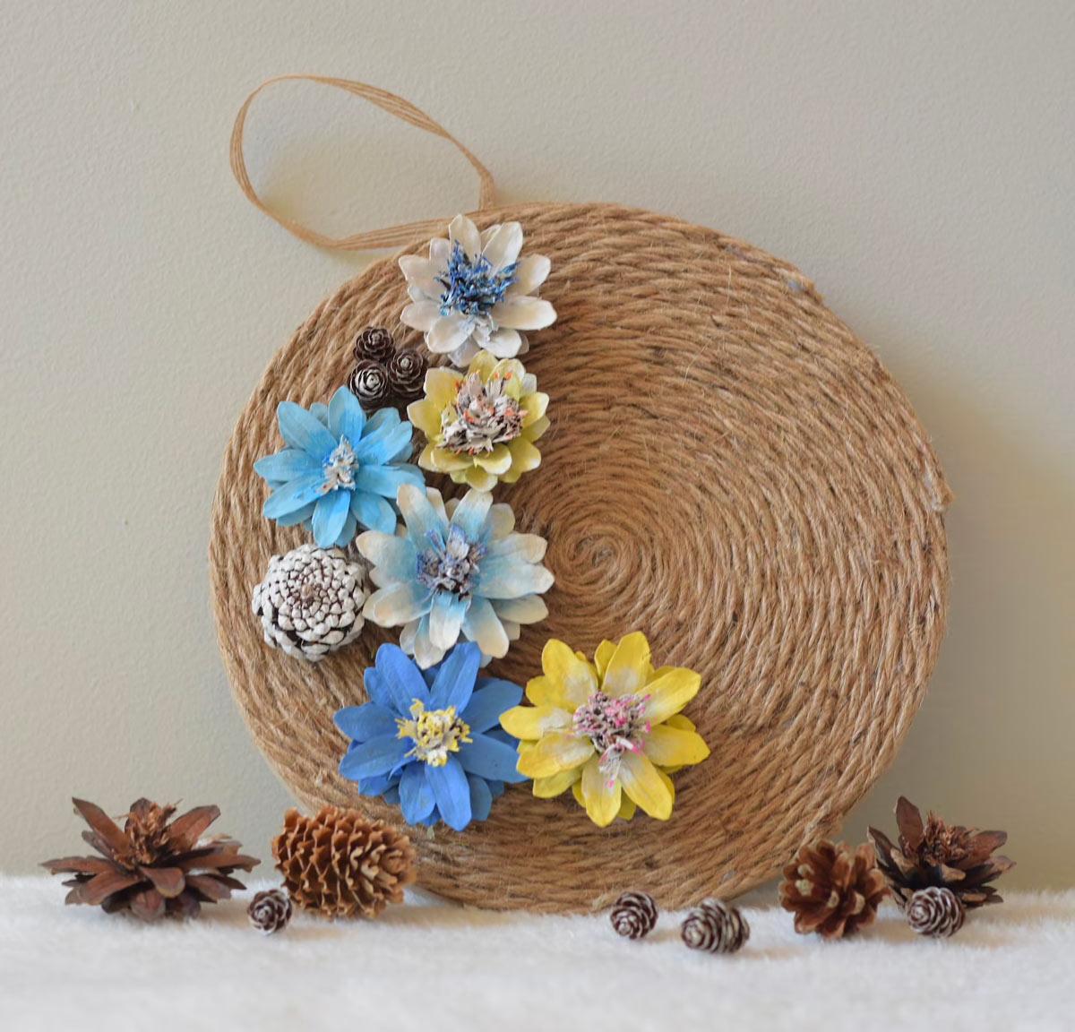 Recycler les pommes de pin pour faire de belles fleurs.