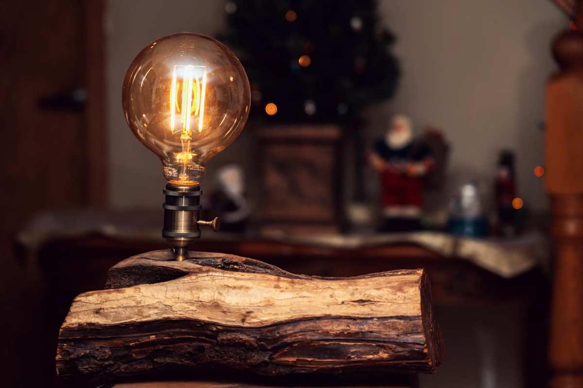 Transformer troncs d'arbres en lampes déco.